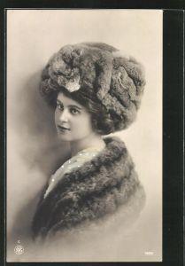 AK schönes Fräulein mit Pelz im Portrait
