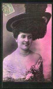AK Hübsche junge Dame mit breitem Hut