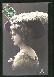 AK Hübsche Dame mit Hut im Profil