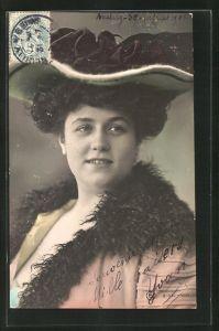 AK Stattliche hübsche Dame mit Hut