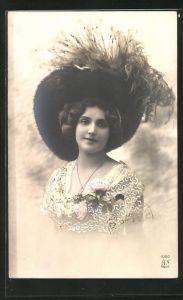 AK Hübsche junge Dame mit grossem Hut
