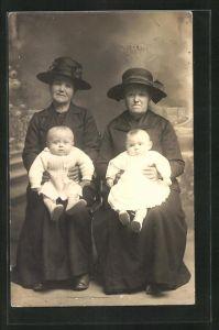 AK Frauen mit Hut halten zwei Kleinkinder auf dem Schoss