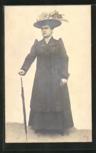 AK Frau mit Hut und Mantel hält einen Schirm in der Hand