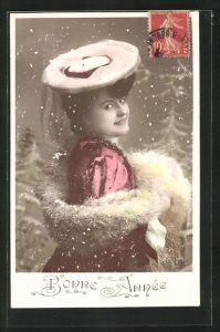AK Frau mit Hut und Pelz im roten Kleid, Schneeflocken, Bonne Annee