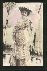 AK Frau mit Sommerhut und Sonnenschirm, Rüschenkleid mit rosafarbenen Gürtel
