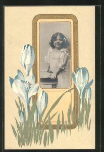 Präge-AK Mädchen im weissen Kleid und Blumen im Jugendstil