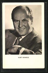 AK Schauspieler Kurt Henkels im Anzug in die Kamera lächelnd