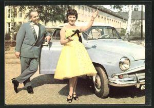 AK Musikerin Sonja Siewert & Herbert Klein am Auto stehend