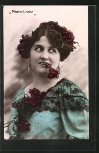 AK Opernsängerin Maria Labia mit Blume im Mund