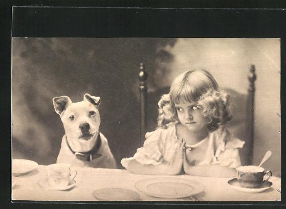 AK Mädchen beim Tischgebet schaut ängstlich auf ihren Terrier