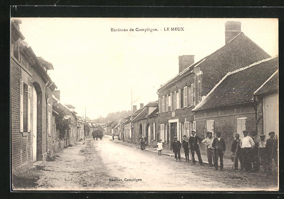 AK Le Meux, Strasse mit Häuserfassaden und Bevölkerung