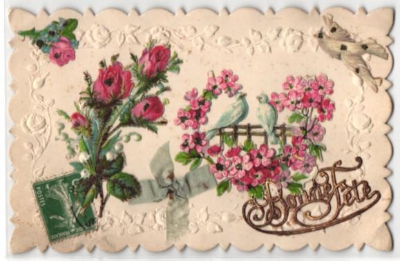 Oblaten-AK Zwei weisse Tauben im Blütenkranz, Rosenstrauss und Schleife