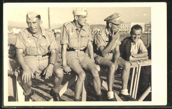Foto-AK Soldaten in Uniform mit Käppi