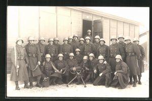 AK Schweizer Soldaten in Uniformen mit Helmen