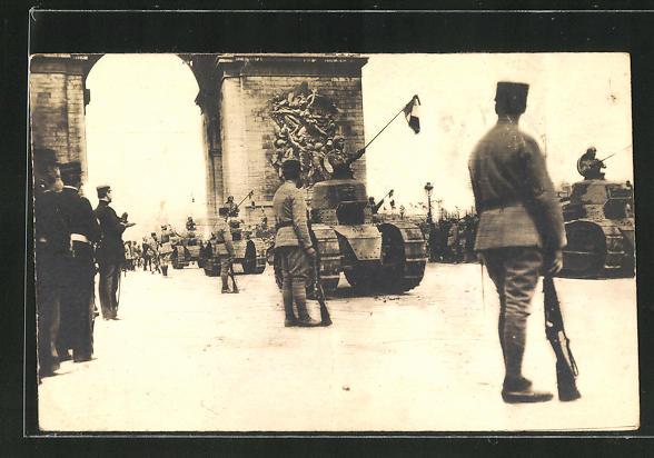AK Soldaten in Uniformen mit Gewehren und Panzer
