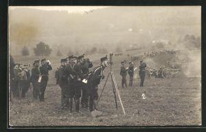 AK Soldaten in Uniformen mit Fernrohren und Kanone