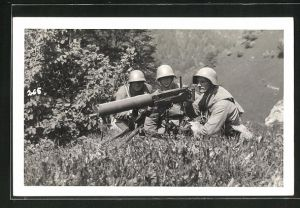 AK Schweizer Soldaten in Uniformen mit Helmen und Artilleriegeschütz