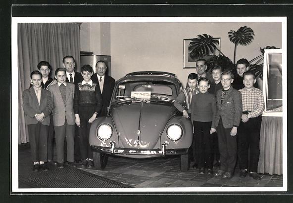 AK VW Käfer Neuwagen wird von Kindern präsentiert