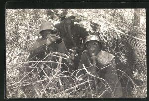 AK Zwei schweizer Soldaten mit Gasmasken und Mörsergranate