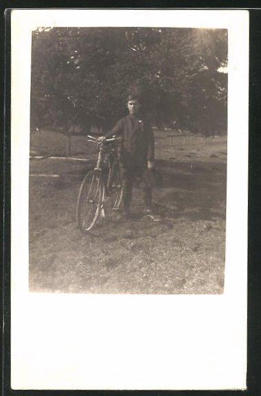 Foto-AK Junger Mann mit seinem Fahrrad