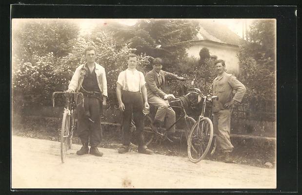 Foto-AK Junge Männer mit ihren Fahrrädern