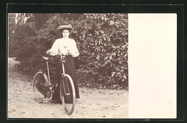 Foto-AK Frau mit Fahrrad bei einer Rast