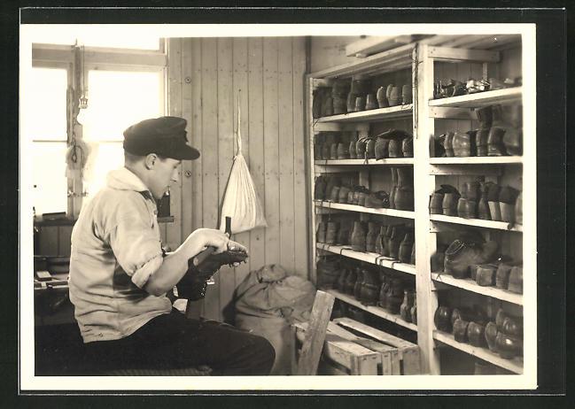 AK Ein Schuhmacher in seiner Werkstatt