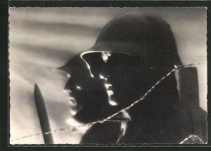 AK Soldaten der schweizer Armee mit Stahlhelmen hinter einer Stacheldrahtsperre