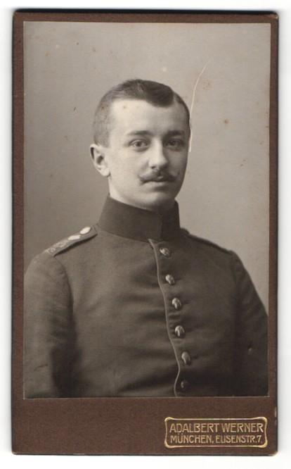 Fotografie Adalbert Werner, München, Portrait Soldat mit Oberlippenbart