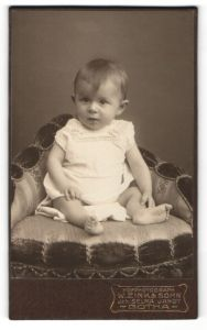 Fotografie W. Zink & Sohn, Gotha, Portrait Säugling in Leibchen