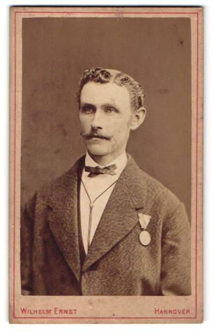 Fotografie Wilhelm Ernst, Hannover, Portrait junger Mann mit Orden