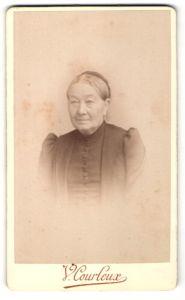 Fotografie V. Corleux, Reims, Portrait Greisin mit zusammengebundenem Haar