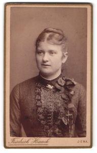 Fotografie Friedrich Haack, Jena, Portrait hübsches Fräulein mit Dutt in elegant bestickter Bluse