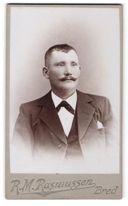 Fotografie R. M. Rasmussen, Bred, Portrait charmanter Herr mit Schnurrbart und Einstecktuch am Jackett