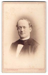 Fotografie J. C. Schaarwächter, Berlin, Portrait charmant blickender Herr mit lockigem Haar