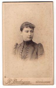 Fotografie R. Bradengeier, Düsseldorf, Portrait dunkelhaariges Fräulein mit zurückgebundenem Haar
