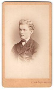 Fotografie H. Thiele, Teplitz, Portrait hübscher blonder Bube mit Fliege