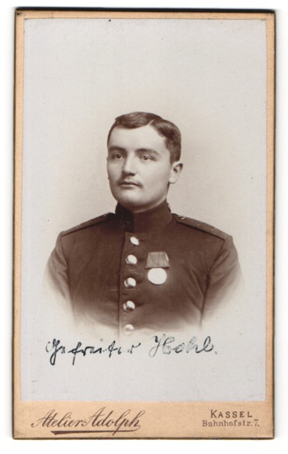 Fotografie Atelier Adolph, Kassel, Portrait charmanter dunkelhaariger Soldat in interessanter Uniform
