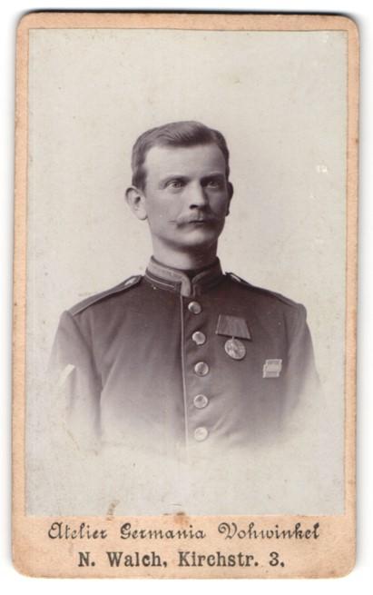 Fotografie Atelier Germania, Vohwinkel, Soldat in Uniform mit Orden