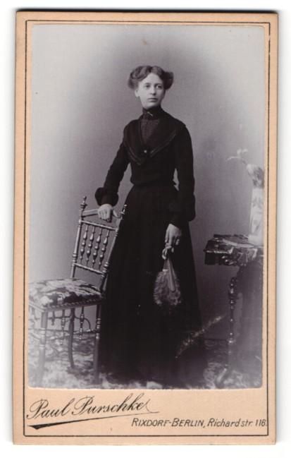 Fotografie Paul Purschke, Berlin-Rixdorf, Junge Frau in langem, schwarzem Kleid