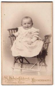 Fotografie R. Schönfelder, Reichenbach i. V., Portrait lachendes kleines Mädchen im weissen bestickten Kleid