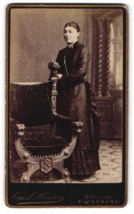 Fotografie Emil Hansen, Svendborg, Portrait dunkelhaarige Schönheit im prachtvoll gerüschten Kleid