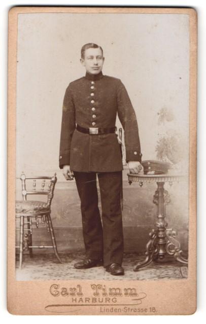 Fotografie Carl Timm, Harburg, Portrait dunkelhaariger Soldat in eleganter Uniform