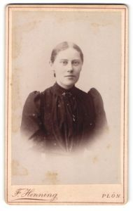 Fotografie F. Henning, Plön, Portrait blondes Fräulein in prachtvoll gerüschter Bluse