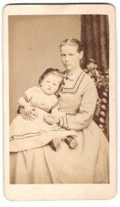 Fotografie M. Keller, Augsburg, hübsche blonde Mutter mit niedlicher Tochter auf dem Schoss