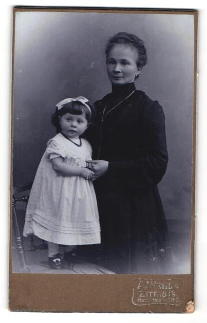 Fotografie A. Welle, Zittau i. S., Portrait schöne Mutter im dunklen Kleid & kleines Mädchen mit Haarschleife