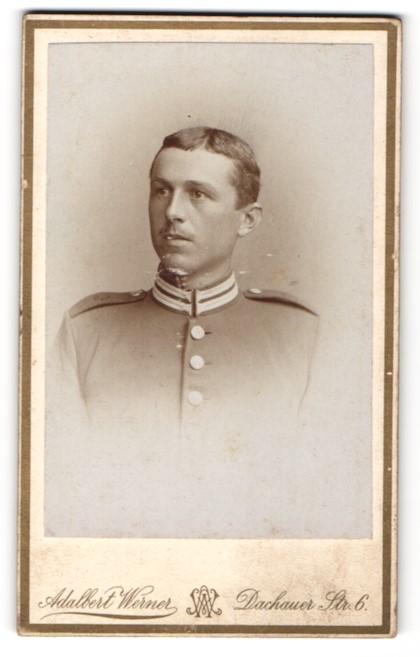 Fotografie Adalbert Werner, München, Portrait junger Soldat mit charmantem Blick in interessanter Uniform