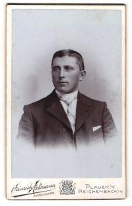 Fotografie Heinrich Axtmann, Plauen i. V., Portrait hübscher junger Mann in gestreifter Krawatte