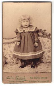Fotografie Atelier Kemmler, Berlin-Weissensee, Portrait kleines blondes Mädchen mit lockigem Haar im Matrosenkleidchen