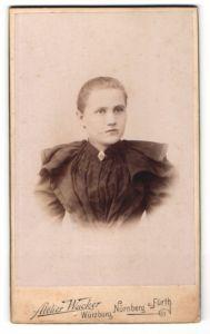 Fotografie Atelier Wacker, Nürnberg, Portrait blondes hübsches Fräulein in prachtvoll gerüschter Bluse
